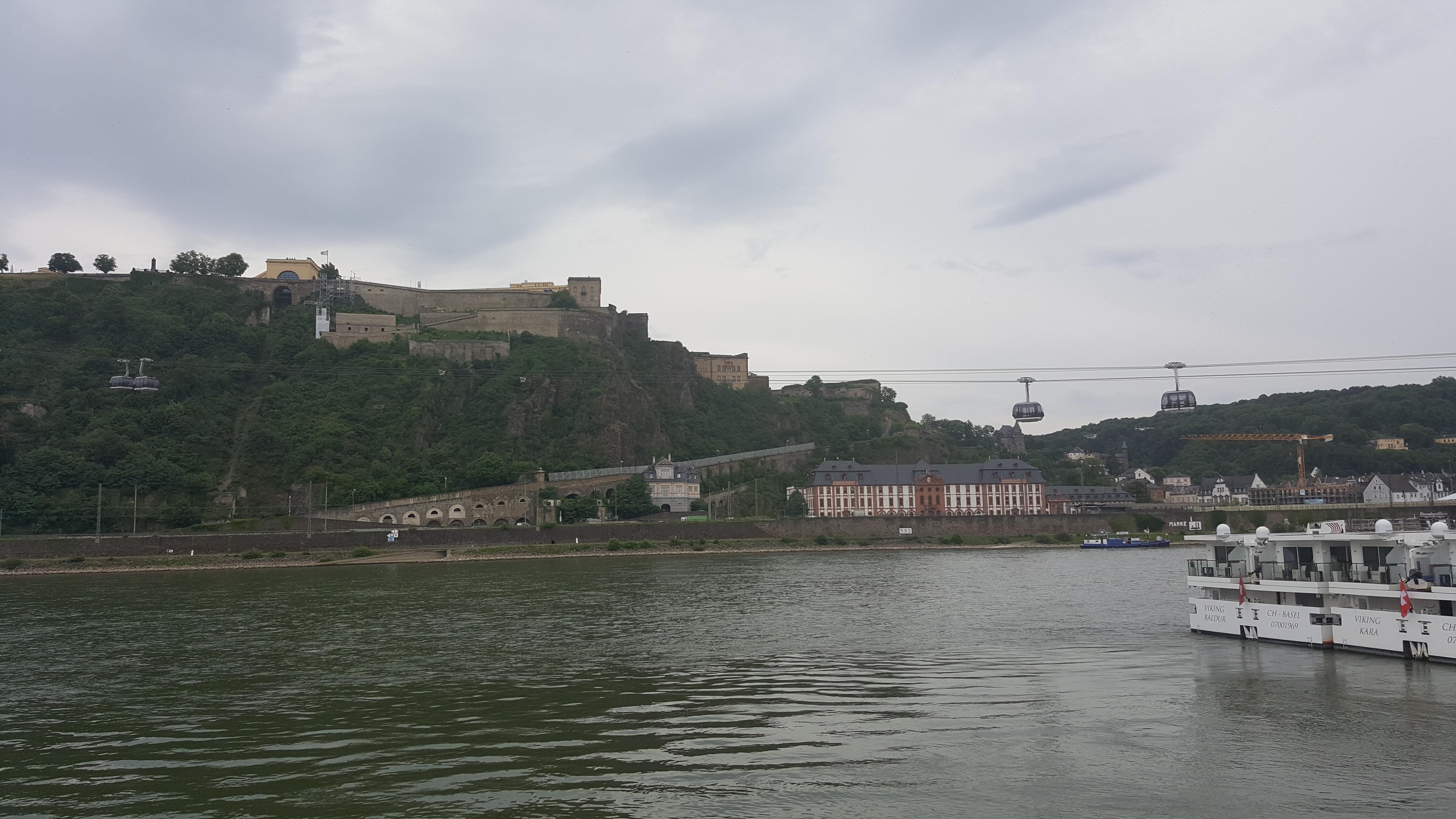 Seilbahn über dem Rhein zur Burg